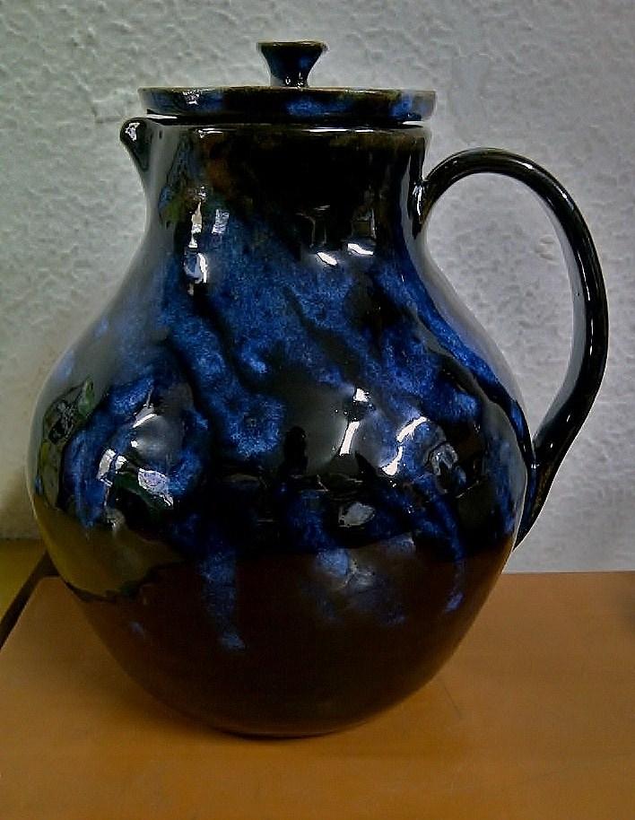 Jarra queimada a 1280ºC com esmalte preto petróleo + azul surpresa ( esmaltes formulados pelo atelier)