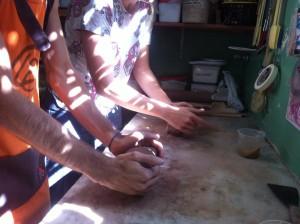 adicionando serragem na argila para oficina de férias para crianças